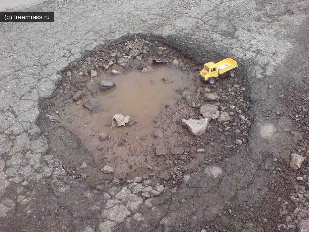 Более 600 тысяч рублей дорожники выплатят за яму.